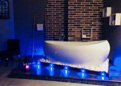salle de bain ouverte de la chambre dionysos avec baignoire